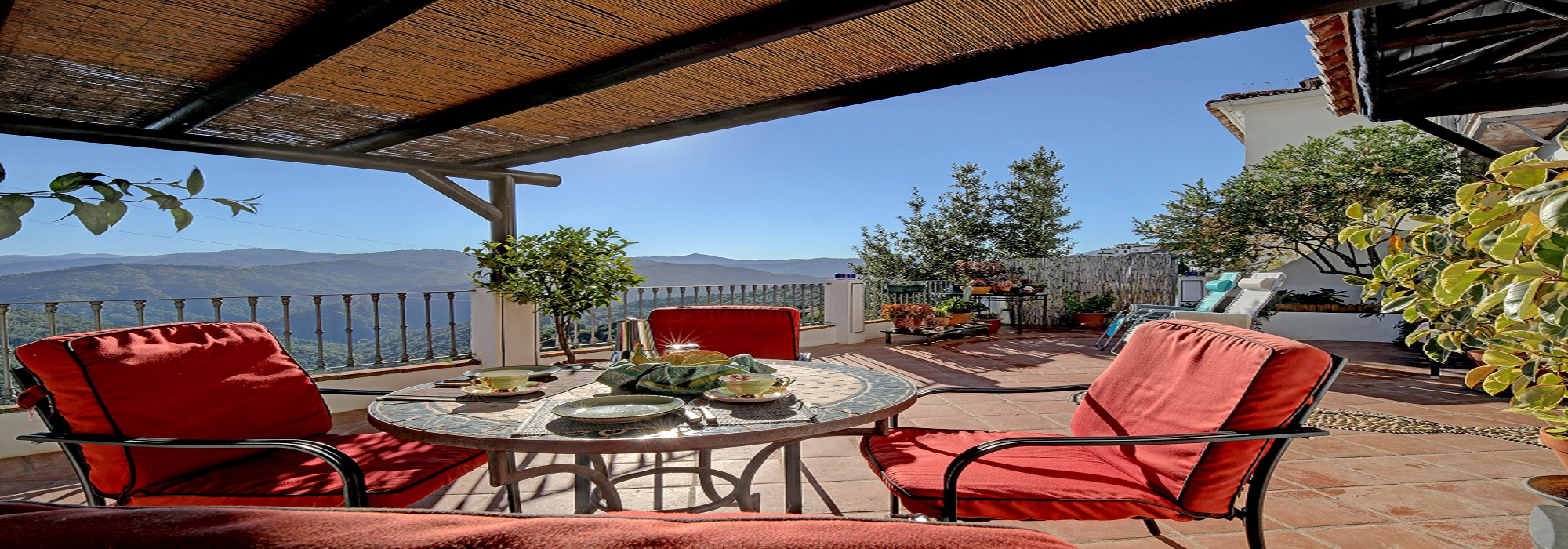 Large Townhouse with 3 S/C Apartments, Tourist Licence, Spectacular Views